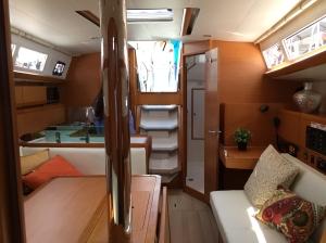 Jeanneau Sun Odyssey 389 Main Salon, Mast Compression Post