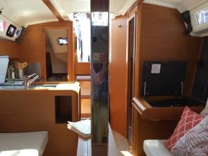 Jeanneau Sun Odyssey 349 Main Salon, Mast Compression Post